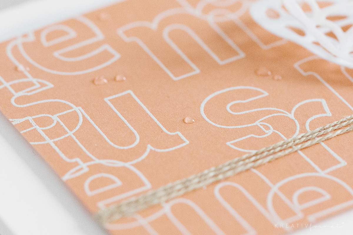 Das Stampin' Up! Stempelset Lined Alphabet embossed auf den Farbkarton in Grapefruit.